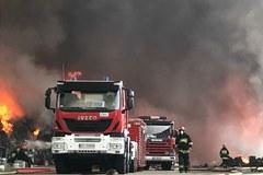 Strażacy nadal walczą z wielkim ogniem w Zgierzu