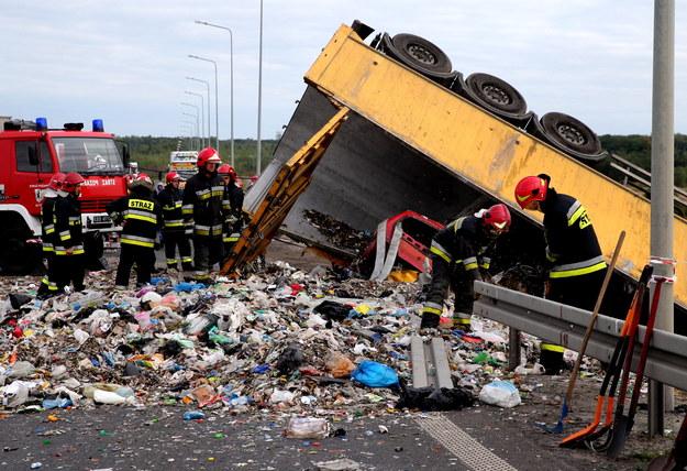Strażacy pracują na miejscu wypadku na drodze krajowej numer 88 w Bytomiu /Andrzej Grygiel /PAP