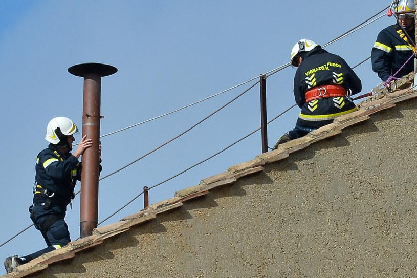 Strażacy sprawdzają komin nad Kaplicą Sykstyńską, z którego wydobędzie się dym /AFP