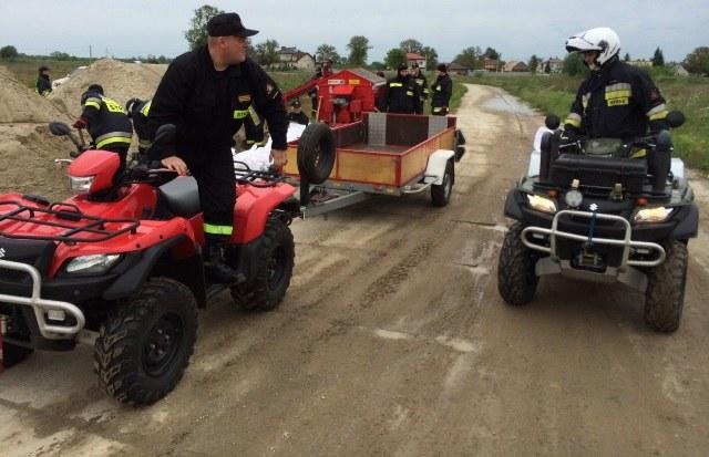 Strażacy umacniają wały w okolicach Sandomierza /Krzysztof Kot /RMF FM