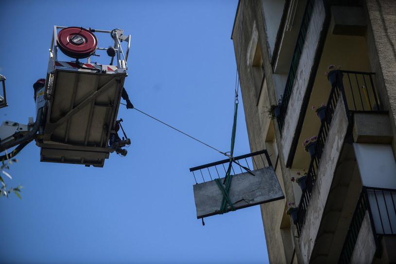 Strażacy usuwają ostatni fragment betonowej balustrady balkonowej /Jakub Kamiński   /PAP
