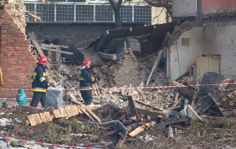 Strażacy wśród gruzów budynku (zdj. z 11 lutego) / Andrzej Grygiel /PAP