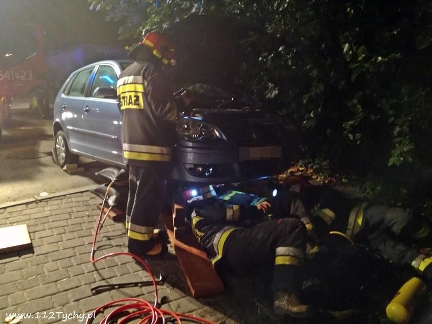 Strażacy wyciągają kota /112Tychy.pl /