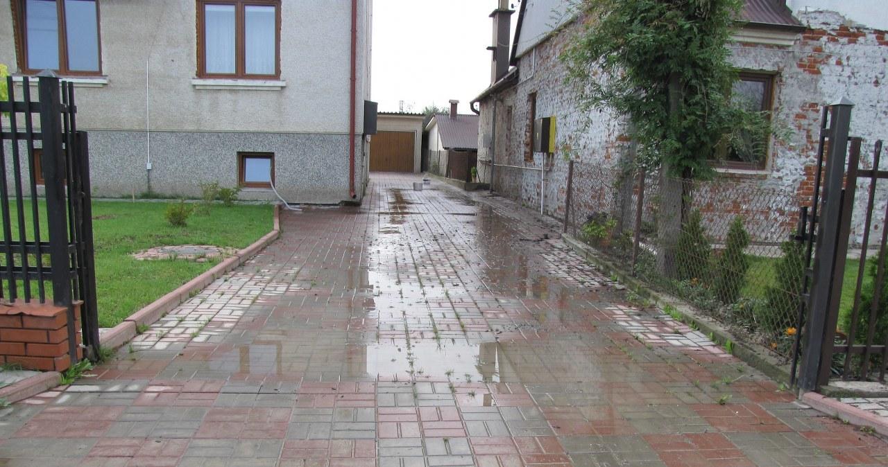Strażacy wypompowują wodę z podtopionych dzielnic Sandomierza