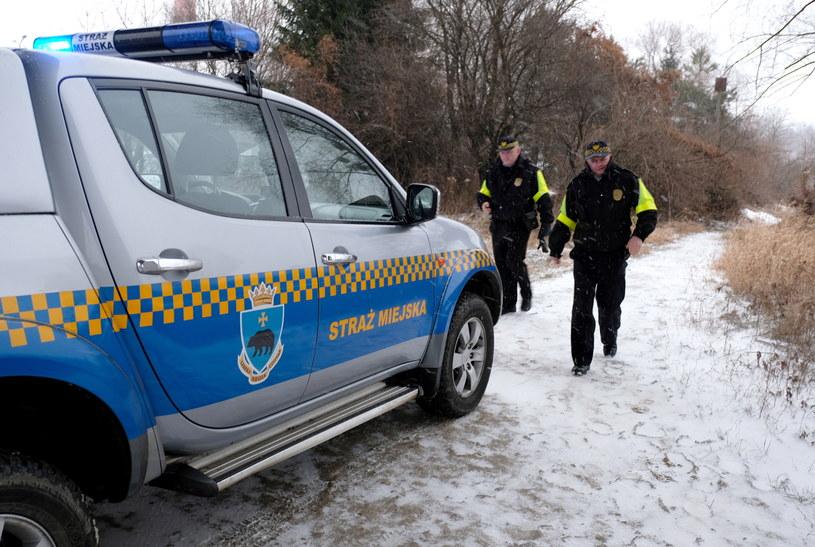 Strażnicy miejscy podczas patrolowania miejsc, gdzie gromadzą się bezdomni /Darek Delmanowicz /PAP