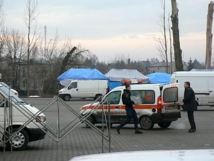 Strażnicy pakują do radiowozu towary zakupione na targu /Gazeta Radomszczańska
