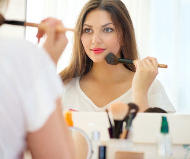 Strobbing, rozświetlacz i róż - kosmetyki dla zabieganych