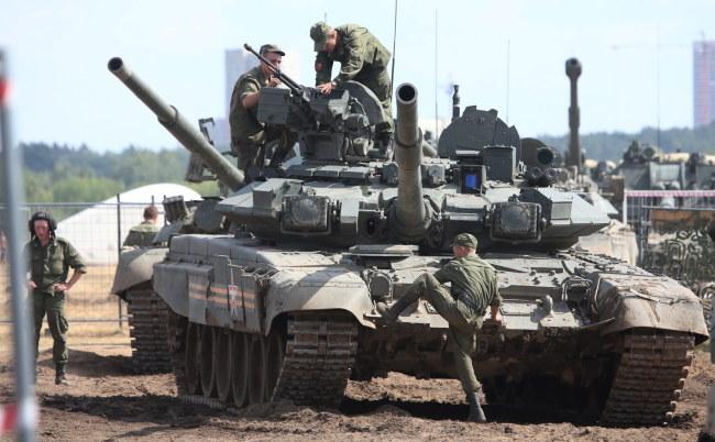 Strona ukraińska twierdzi, że Rosja cały czas gromadzi kolejnych żołnierzy przy granicy /SERGEI CHIRIKOV /PAP/EPA
