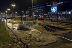 Strugi wody na ulicach Wrocławia po awarii wodociągowej