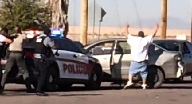 Strzały padły w momencie, gdy kierowca wyszedł z pojazdu i – poddając się – wyraźnie uniósł ręce w górę /