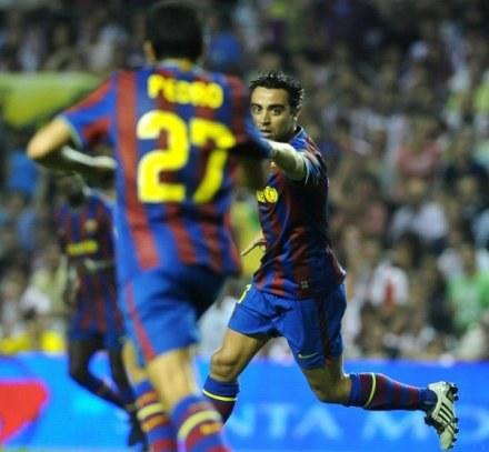 Strzelcy goli dla Barcelony: Xavi Hernandez (z prawej) i Pedro. /AFP