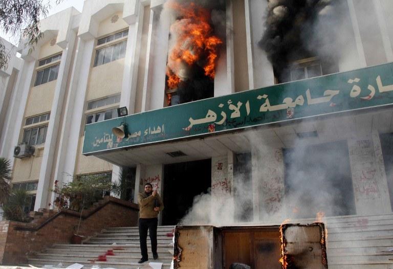 Studenci podpalili dwa budynki /AFP