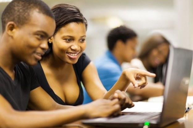 Studenci wciąż wybierają komputery mobilne zamiast tabletów /©123RF/PICSEL