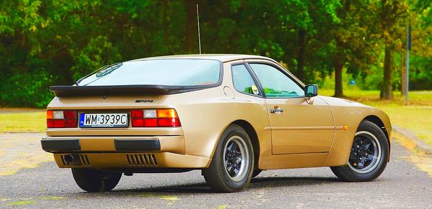 """Stylistycznie to model 924 z """"nadmuchanymi"""" błotnikami. Z tyłu unosi się sama szyba. /Motor"""