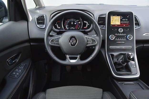 Stylistyka wnętrza jest ciekawa, dobre jest też wygłuszenie od strony silnika. Nawigacja z dużym kolorowym ekranem wymaga dopłaty 3450 zł. /Motor