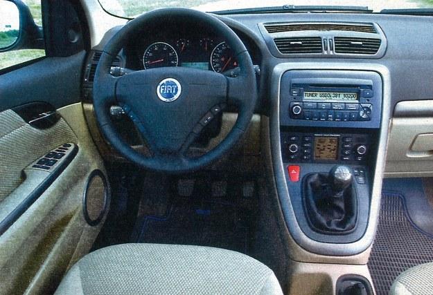 Stylizacja tablicy przyrządów jest spokojna i elegancka. Wszystkie elementy obsługi umieszczono w sposób typowy. Kierowca, który prowadzi to auto po raz pierwszy, nie czuje się więc zaskoczony. Trudno mieć zastrzeżenia zarówno do czytelności wszystkich wskaźników, jak i materiałów użytych do jej budowy. Tak właśnie powinno być w samochodzie klasy średniej. /Motor