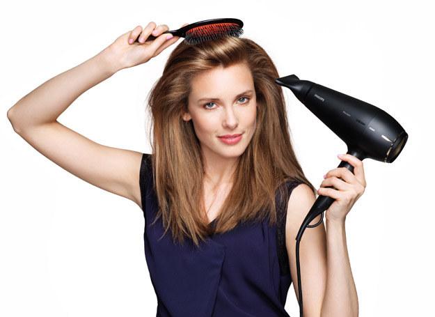 Stylizacja wcale nie musi niszczyć włosów, jeśli tylko zastosujesz kilka prostych zasad /materiały prasowe