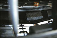 Styropianowe usztywnienie zderzaka w mercedesie E. /Auto Moto