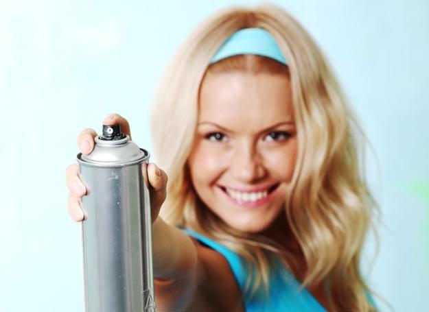 Suche szampony występują w formie spreju /123RF/PICSEL