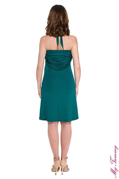 Sukienka ciążowa Marylin szmaragdowa  Elegancka sukienka ciążowa Marylin z elastycznej dzianiny. - wspaniale układa się na sylwetce podkreślając rosnący brzuszek - niezwykle kobieca i wygodna, ponieważ dzianina delikatnie opływa figurę - możliwość wiązania na wiele sposobów - to kilka sukienek w jednej!  - materiał się nie gniecie, więc możesz zmieniać wiązania w ciągu dnia - umożliwia łatwy dostęp do piersi, dzięki czemu nadaje się do karmienia  - świetnie nadaje się do noszenia również po porodzie - dostępna w 4 najmodniejszych kolorach; czerwona, fioletowa, fuksja, czarna, kobaltowa oraz szmaragdowa - całkowita długość sukienki około 80cm - skład: 95% poliester, 5% elastan.   Sukienka ciążowa Marylin może być sukienką wieczorową, sukienką koktajlową i sukienką na co dzień w zależności od wiązania i dodatków.  Modelka: Ewa (wzrost 168 cm) w 8 miesiącu ciąży, na zdjęciu rozmiar S.
