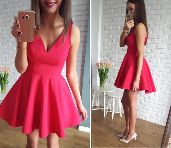 Malinowa sukienka z dłuższym tyłem http://illuminate.com.pl/sukienki/sukienka-z-kola-dekolt-w-szpic-malinowa