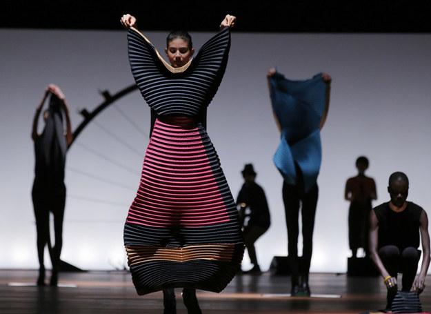 Sukienki proj. Issey Miyake /AP /East News