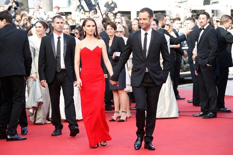 Suknia Natalie Portman to już typowa kreacja festiwalowa. Bardzo prosty, ale wyrazisty krój futerału wystarczy, bo głównym atutem jest tutaj kolor /AFP