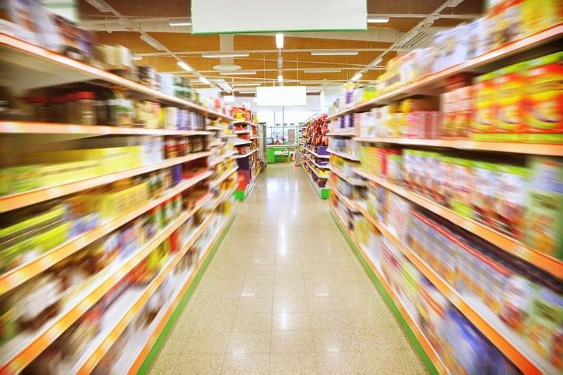 Supermarkety codziennie pozbywają się ton nieświeżej żywności /123RF/PICSEL