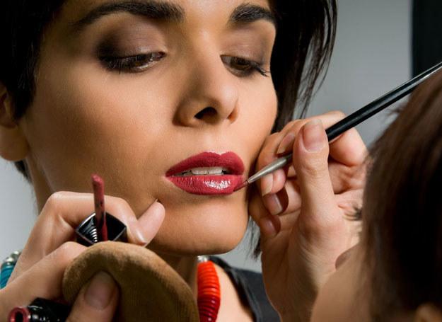 Supertrwały efekt makijażu wieczorowego dają cienie kremowe /123RF/PICSEL
