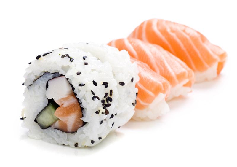 Surowy łosoś jest popularnym składnikiem sushi  /© Panthermedia