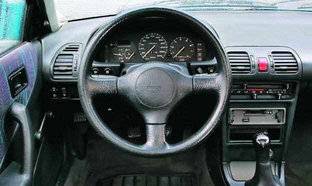 Suwaki nawiewów przypominają, że to japońskie auto z przełomu lat 80. i 90. Ale o takiej trwałości plastików współczesne samochody mogą jedynie pomarzyć. /Motor