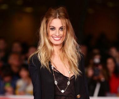 Sveva Alviti: Włoska modelka w roli francuskiej piosenkarki
