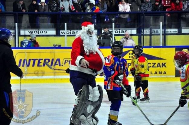 Św. Mikołaj i dzieci szaleją na lodowisku Podhala. /Informacja prasowa