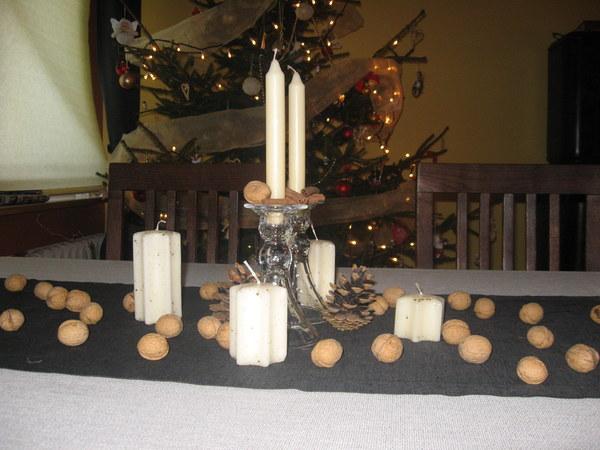 kilknaście orzechów rozrzucić na stole, postawić kilka świeczek, przystroić je laskami cynamonu i gotowe :)