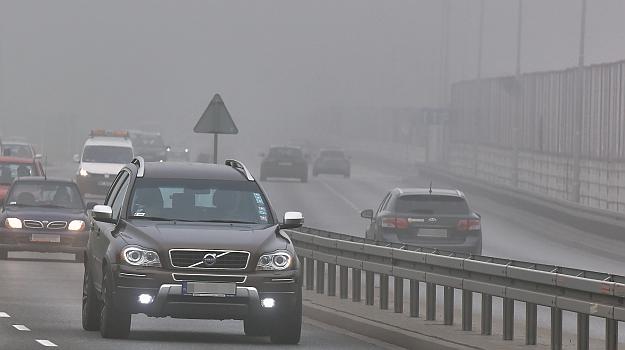 Świateł do jazdy dziennej nie można używać podczas mgły i opadów deszczu. /Motor