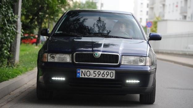 Światła dzienne powinny współpracować ze sterownikiem, który zadba o ich włączanie po rozruchu silnika i wygaszanie po włączeniu świateł głównych bez udziału kierowcy. /Motor