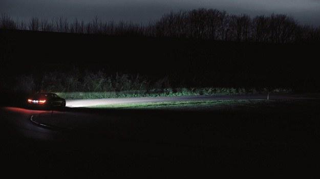 Światła mijania powinny oświetlać drogę co najmniej 40 m przed pojazdem przy dobrej przejrzystości powietrza. /Motor