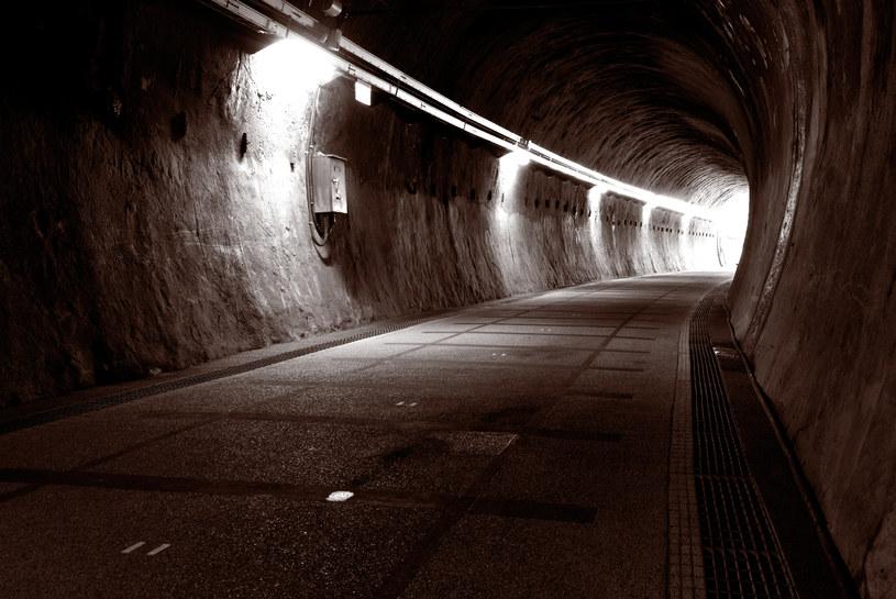 Światło w tunelu to efekt aktywności mózgu /© Glowimages