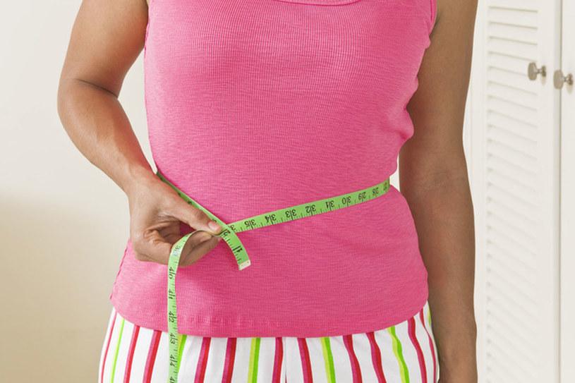 Swiatowa Federacja Diabetologiczna uważa, że otyłość brzuszna zacyzna się od 80 cm w talii /© Photogenica/Glow Images