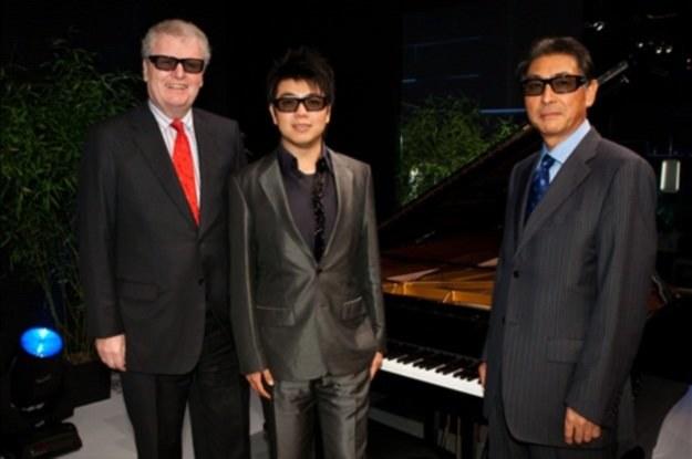 """Światowej klasy pianista,  Lang Lang (w środku), przygotował specjalny """"show 3D"""" dla Sony /materiały prasowe"""