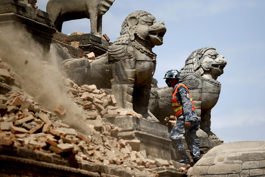 Świątynia na Placu Durbar w Katmandu / DIEGO AZUBEL    /PAP/EPA