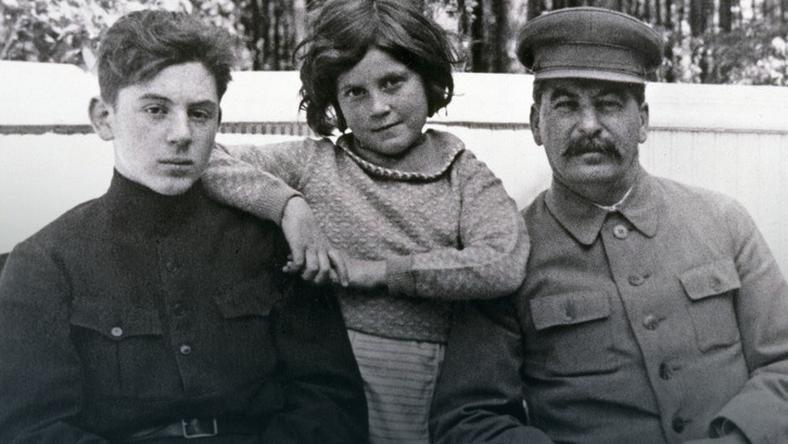 Swietłana z ojcem i bratem Wasilijem. Czerwiec 1935 /Getty Images
