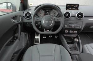Świetna jakość i ergonomia – wnętrze zachowało zalety A1. Poza fotelami i kierownicą, nowością są czerwone szwy i akcenty na dźwigni zmiany biegów oraz wokół przycisku uruchamiającego silnik. /Motor
