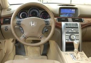 Świetnie wykonany, atrakcyjnie stylizowany kokpit doskonale łączy funkcjonalność i komfort typowy dla klasy wyższej. /Motor