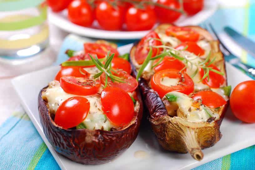 Świetny duet: Bakłażany przyspieszają przemianę materii, a pomidory działają moczopędnie i dostarczają sporych ilości potasu. /123RF/PICSEL