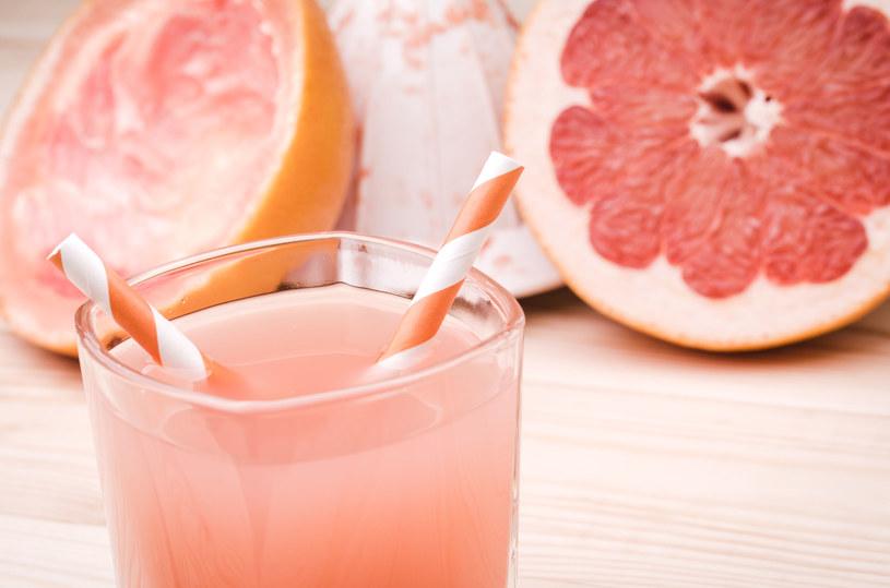 Świetnym katalizatorem dla procesów trawiennych może być połączenie soku z grapefruitów i imbiru /123RF/PICSEL