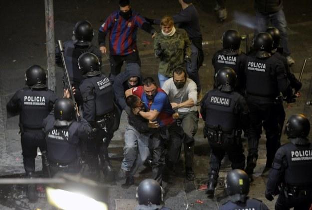 Świętowanie mistrzostwa na ulicach Barcelony przemieniło się w zamieszki /AFP