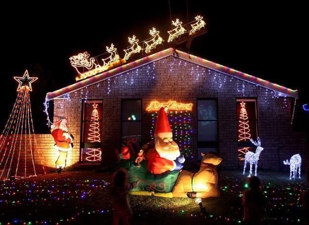 Święty Mikołaj zostawia dzieciom prezenty w specjalnych skarpetach /Getty Images/Flash Press Media