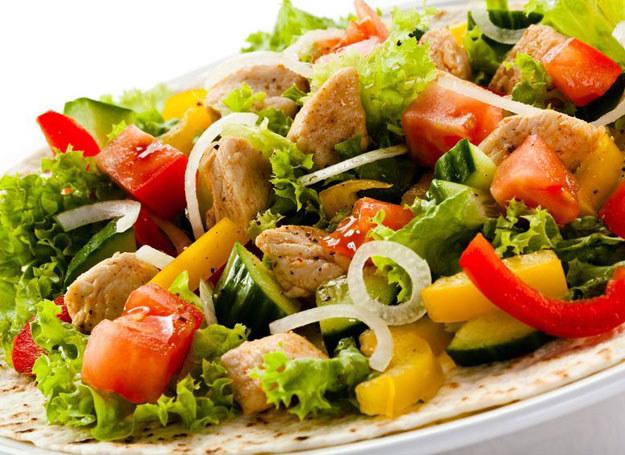 Świeże warzywa są pysznym i zdrowym dodatkiem do potraw z grilla /©123RF/PICSEL