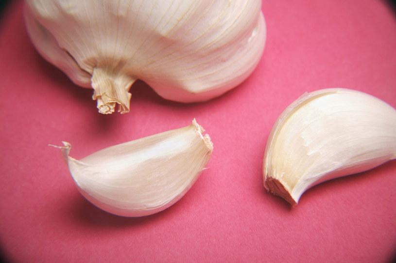 Świeżego czosnku nie powinny jeść osoby z nieżytem żołądka i jelit /© Photogenica/Glow Images